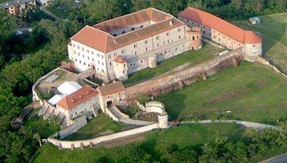 Renesanční zámek Dolní Kounice se zachovalými gotickými ochrannými prvky