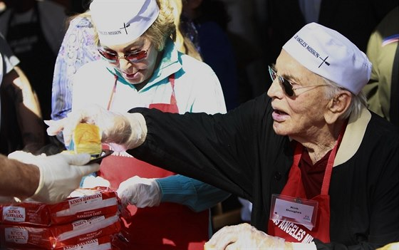 Kirk Douglas s manželkou v roce 2012 rozdávali jídlo bezdomovcům.