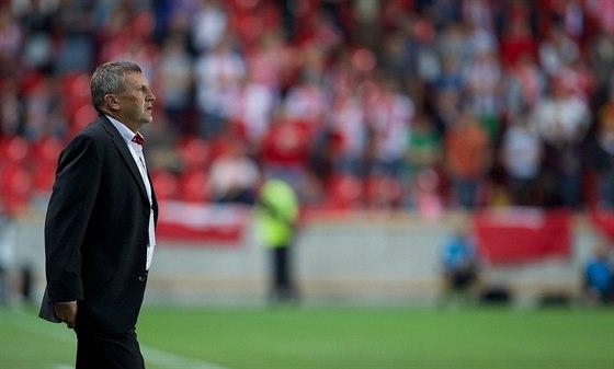 Slávistický trenér Miroslav Beránek sleduje své svěřence.