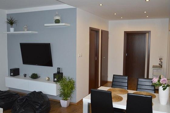 Majitelé mají rádu jednoduchost, ponechali proto většinu bytu v bílé výmalbě.