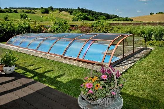 Zastřešení bazénu zamezuje zanášení nečistot, udržuje teplotu vody, umožňuje