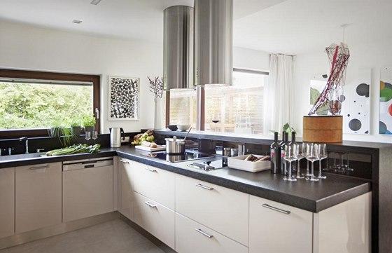Kuchyň je oddělená od jídelního koutu barem. Minimalisticky pojatá kuchyňská