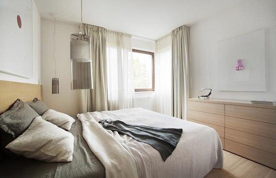 I v ložnici se opakuje jednoduchost a neutrální barevnost, kterou ozvláštňuje