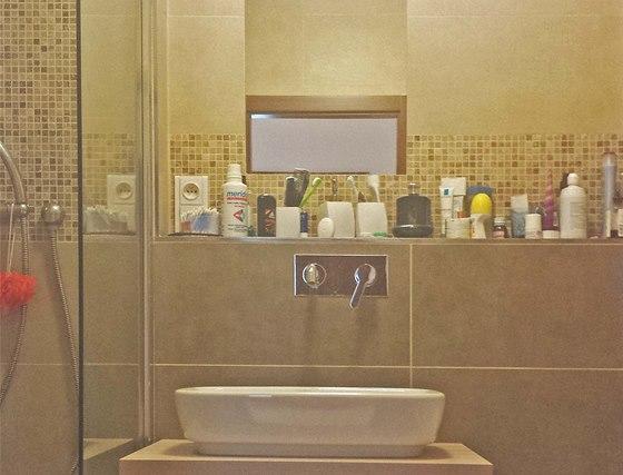 Do koupelny použili majitelé umyvadlo na desce.