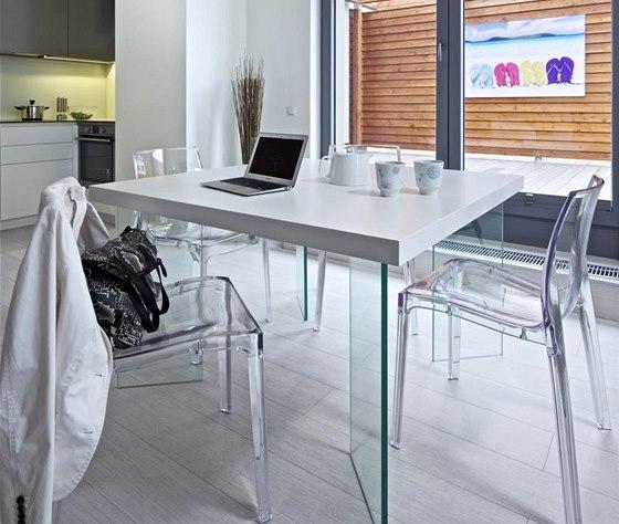 Na kuchyň volně navazuje jídelna s atypickým čtvercovým stolem s nohami z