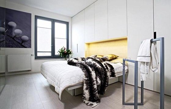Levitující lůžko s úložnými prostory vespod je zapuštěno do kompaktní stěny v