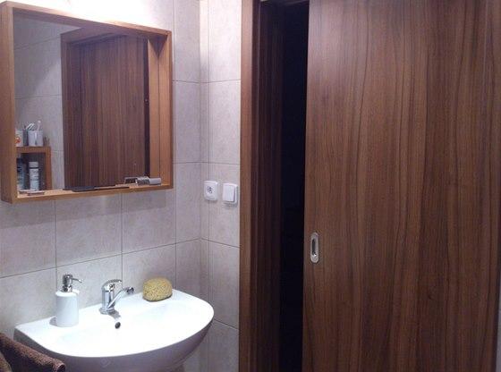 �P�nsk� koupelna v p��zem� m� posuvn� dve�e do pouzdra od firmy J. A.P.
