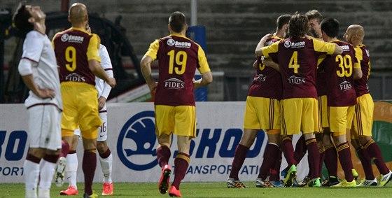 Hráči Dukly se radují z  gólu Tomáše Bergra.