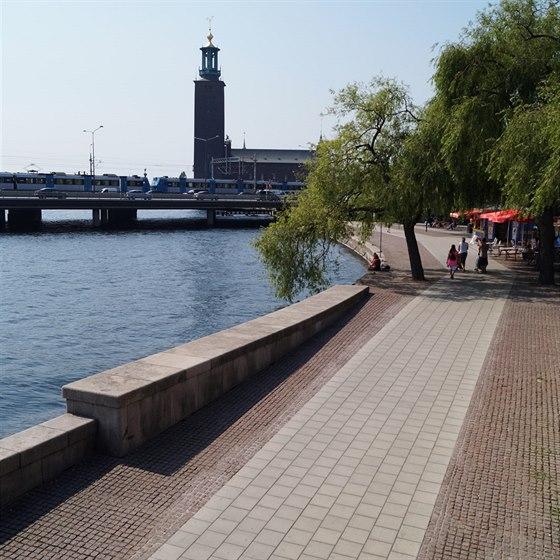 Běžecky oblíbené nábřeží pod mostem Centralbron s výhledem na radnici