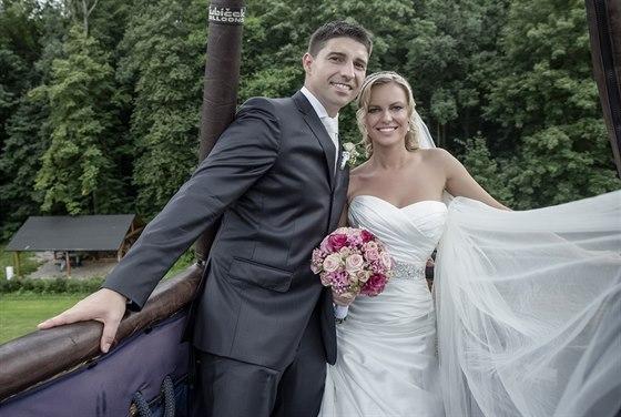 Novomanželé Roman a Marcela Fojtovi si krátce po obřadu dopřáli let balonem.