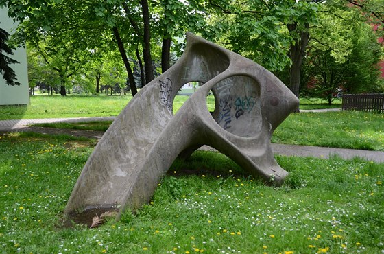 V pečlivě plánované zeleni mezi domy stála různá umělecká díla, která zároveň...