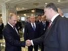 Ukrajinský prezident Petro Porošenko a jeho ruský protějšek Vladimir Putin na...
