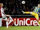 Letící míč se zájmem pozorují Rasmus Thelander z Aalborgu (vlevo) a Tomas De...