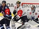 Vítkovický Petr Strapáč (vlevo) bojuje před brankou Timo Pielmeiera, blokuje ho...