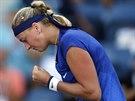 Česká tenistka Petra Kvitová předvádí v zápase proti Cetkovské vítězné gesto.