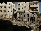 Palestinci prohl�� domy, kter� byly podle sv�dk� zni�eny b�hem izraelsk�ho...