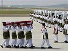Vojáci odnesli rakve s obětmi letu MH17 do bílých vozů (22. srpna 2014).