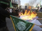 Maskovan� �lenov� Hamasu p�l� Davidovu hv�zdu b�hem setk�n� na podporu...