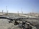 Kráter, který zůstal po americkém bombardování Islámského státu u Mosulské...