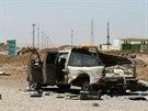 Vrak auta Islámského státu na cestě poblíž Mosulské přehrady (21. srpna 2014).