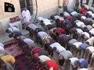 Islámský stát zveřejnil video, kde ukazuje, jak jezídové konvertují k islámu...