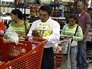 Lidé stojí frontu v supermarketu v Caracasu (21. srpna 2014).