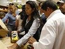 Lidé si berou kukuřičnou mouku v supermarketu (21. srpna 2014).