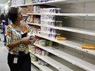 �ena nakupuje v supermarketu v Caracasu (21. srpna 2014).
