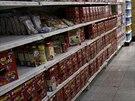 Police v supermarketu v Caracasu jsou zaplněny vesměs stejným zbožím (21. srpna...