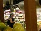 Žena nakupuje v supermarketu v Caracasu (21. srpna 2014).