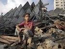 Palestinský chlapec sedí vedle zničené výškové budovy v Gaze (26. srpna 2014).