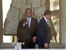 Francouzský prezident Hollande (vlevo) s premiérem Vallsem jednali o složení...