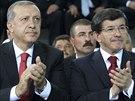 Na kongresu turecké vládní strany AKP zleva nový prezident Erdogan a premiér...