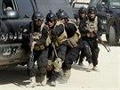 Irácké bezpečnostní složky na ceremonii v Karbalá (28. srpna 2014)