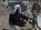 Muž se zkoumá poničený dům v Dúmě, na východ od Damašku (24. srpna 2014).