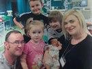 Rodina Bennettů s malou Chloe několik dnů po první operaci.