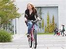 Reportérka Alice Krejsová se o kvalitě růžového kola přesvědčuje na vlastní...