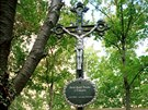 Na Ďáblickém hřbitově v Praze je už 24 let křížek. Stojí ale mimo hromadný hrob.