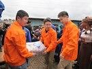 Pracovn�ci ��nsk� stavebn� spole�nosti China Road and Bridge Corporation nesou...