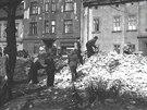 Občané Ostravy záhy po náletu začali s úklidem spouště, kterou bomby v centru...