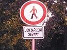 Dopravní značka, která od srpna 2014 zakazuje vozítkům segway vjezd na Kampu