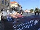 U sochy T.G. Masaryka protestující rozvinuli obří plakát s podobiznou...