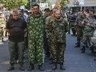 Proru�t� povstalci p�edvedli davu v Don�cku na v�chod� Ukrajiny n�kolik des�tek...