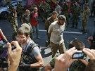 Proruští povstalci předvedli davu v Doněcku na východě Ukrajiny několik desítek...