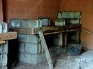 Mezi místními se najdou šikovní zedníci, takže základy kotců pro řekomyši jsou...