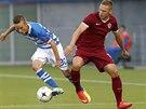 Sparťanský obránce Pavel Kadeřábek (vpravo) bojuje s Ryanem Thomas ze Zwolle v...