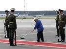 Příjezdu státníků předcházela na letišti v Minsku důkladná příprava. (26. srpna