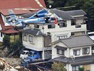 Japonští záchranáři zvedají ze sutin obyvatele předměstí Hirošimy, který uvázl...