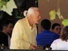 Kirk Douglas začal  v 97 letech nosit culík.