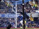 G�L. Seamus Coleman p�ekon�v� Wojciecha Szcz�sn�ho a Everton se uj�m� veden�...